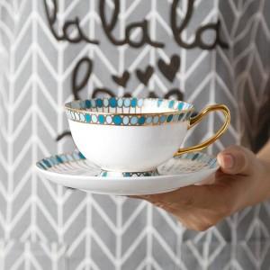 Taza de café con hueso Patrón de piedras preciosas pintadas a mano con borde dorado Juego de taza y platillo europeo Juego de taza de té de la tarde de té inglés
