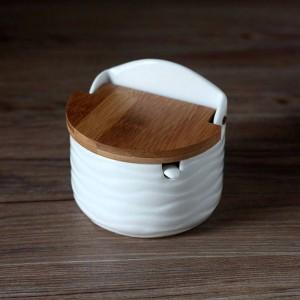 Latas de condimento de cerámica creativas con cuchara Tapa de bambú Sal redonda Herramientas de especias de cocina Caja de almacenamiento de pimentero con bandeja