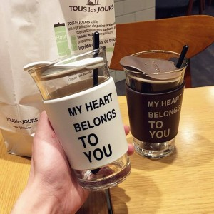 Tendencia creativa Gafas Hombres y mujeres Estudiantes Parejas con tapas Tazas Desayuno sencillo Leche Tazas de café