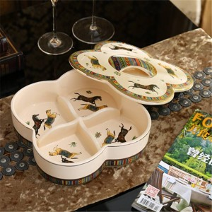 Caja de dulces de porcelana / caja de nueces con tapa diseño de caballos de dios de porcelana marfil contorno en relieve en oro decoración de calidad antigua