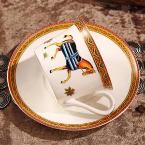 Taza de café de porcelana y platillo taza de café de hueso el esquema de diseño de los caballos de dios en una taza de té de oro y plato y plato