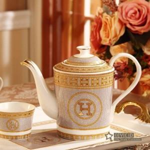 "Conjunto de café de porcelana hueso ""H"" marca mosaico diseño contorno en oro 8pcs Juego de té europeo cafetera de café jarra de café bandeja de té"