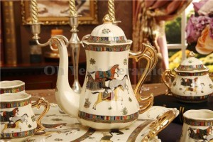 Juego de café de porcelana, diseño de caballos de dios de porcelana marfil, contorno en oro 8 piezas juego de tazas de café jarra de café cafetera olla