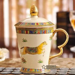 Taza de porcelana taza de porcelana marfil esbozo del diseño de los caballos de dios en taza clásica dorada con tazas y tazas con tapa