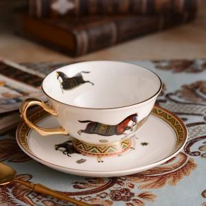 Taza de té de porcelana y platillo diseño de caballos de dios de hueso ultrafino en taza de café dorada y set de platillo embalaje de caja de regalo